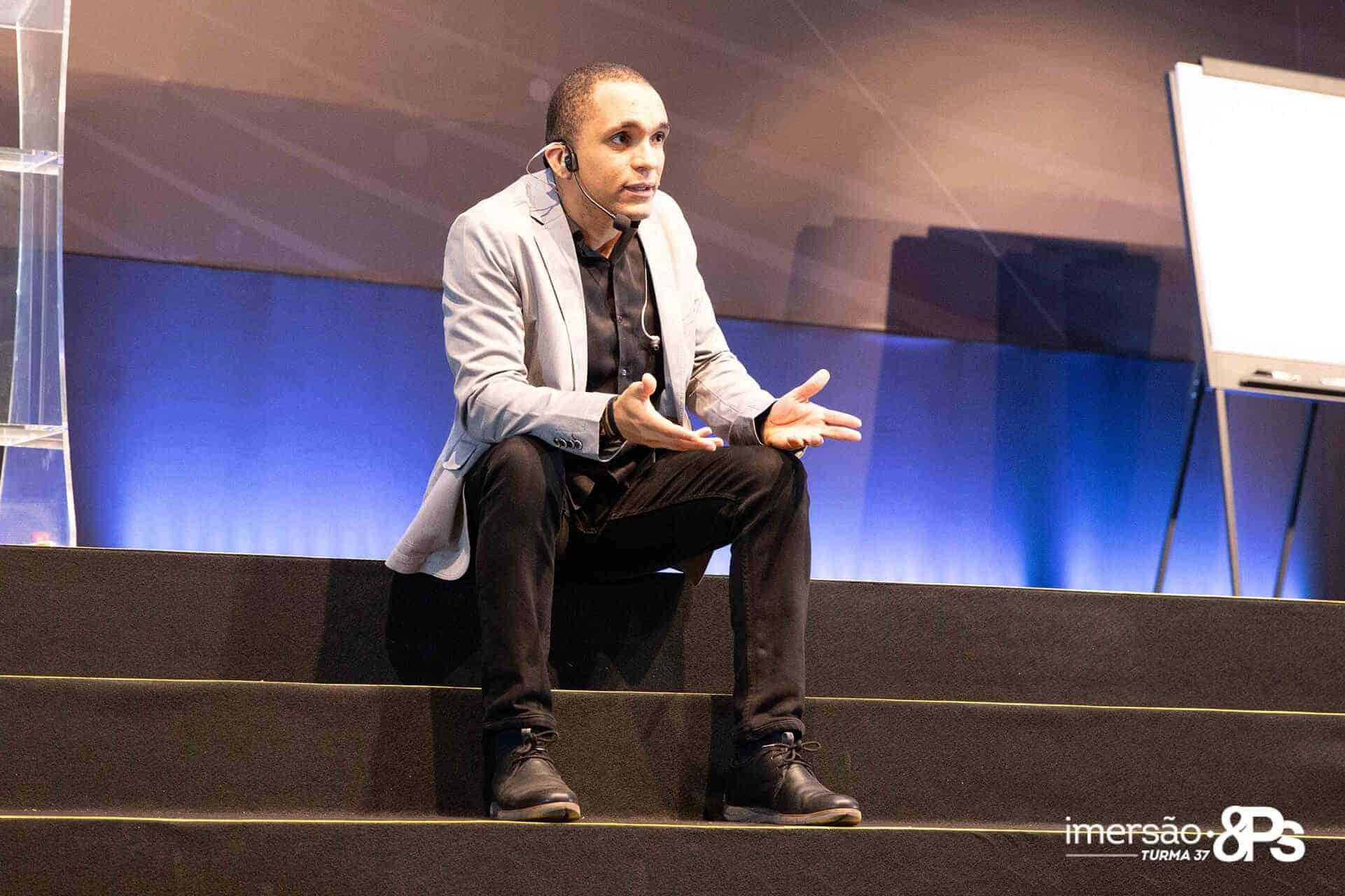 Conrado sentado no palco
